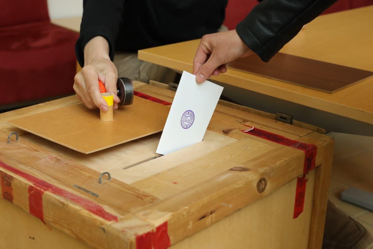 Äänestyslippu laitetaan vaaliuurnaan Mikkelissä.