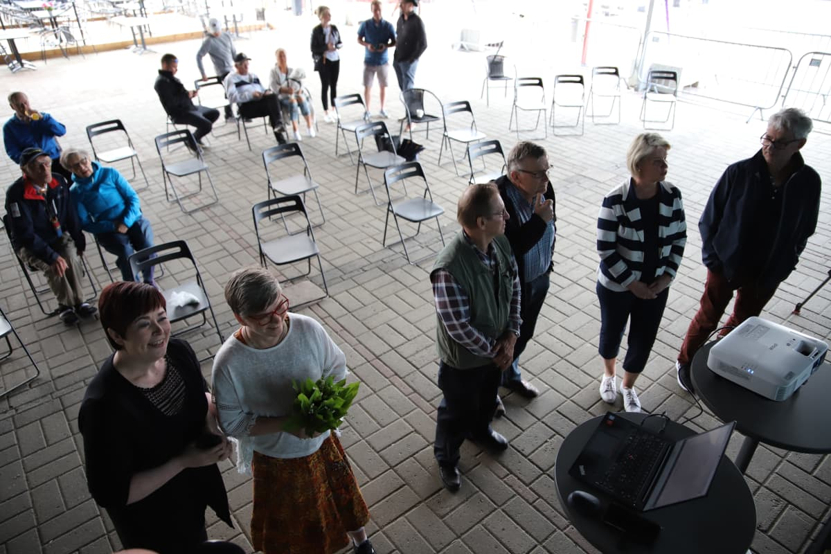 Keskustan vaalivalvojaiset Rovaniemellä. Etualalla läpimennyt Mari Jolanki.