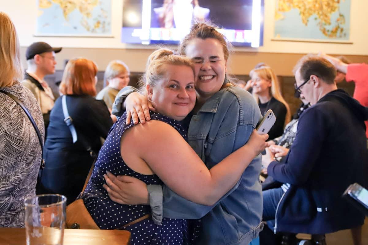 Mirka Muukkonen ja Sara Koiranen halaavat