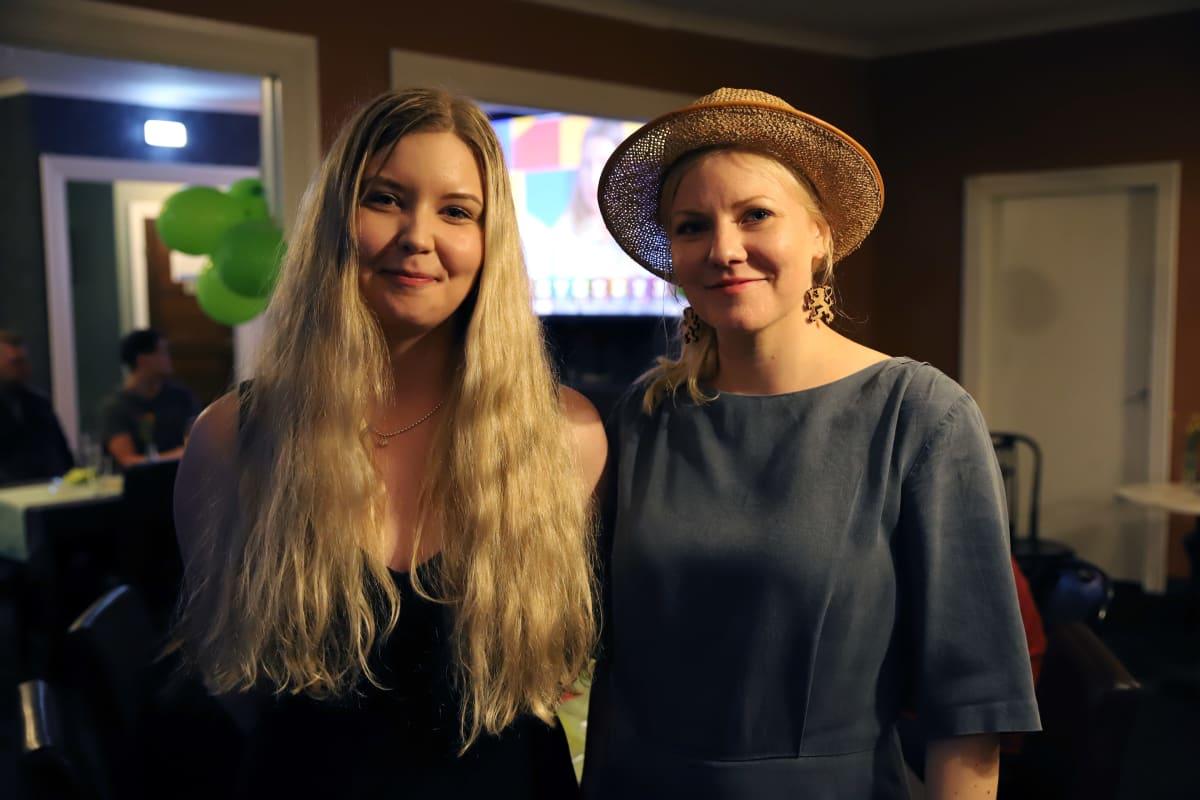 Vihreiden Iida Pilli-Sihvola ja Jenni Aikio kuntavaalivalvojaisissa Kuusankosken Vanhassa Kaupassa.