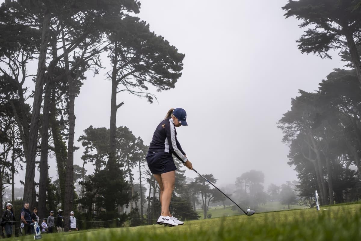 Matilda Castren lyömässä palloa sumuisessa kelissä LPGA-turnauksessa Kalifornian Daly Cityssa.