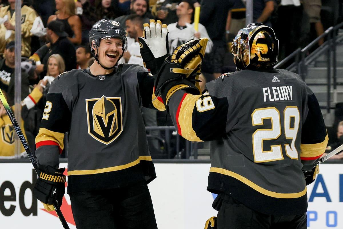 Vegas Golden Knightsin Nick Holden ja Marc-Andre Fleury juhlivat maalia.