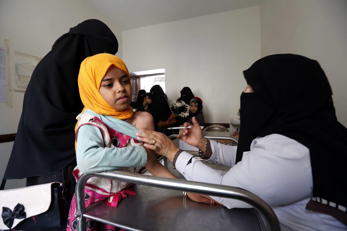 Lasta rokotetaan Jemeniläisellä klinikalla.