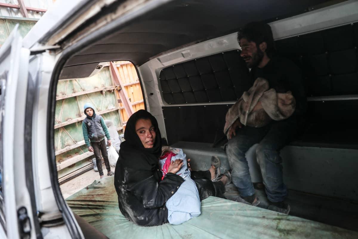 Pienokaistaan hoitava nainen autossa, ilmaiskun jälkeen, Itä-Ghoutassa Syyriassa tammikuussa 2018.