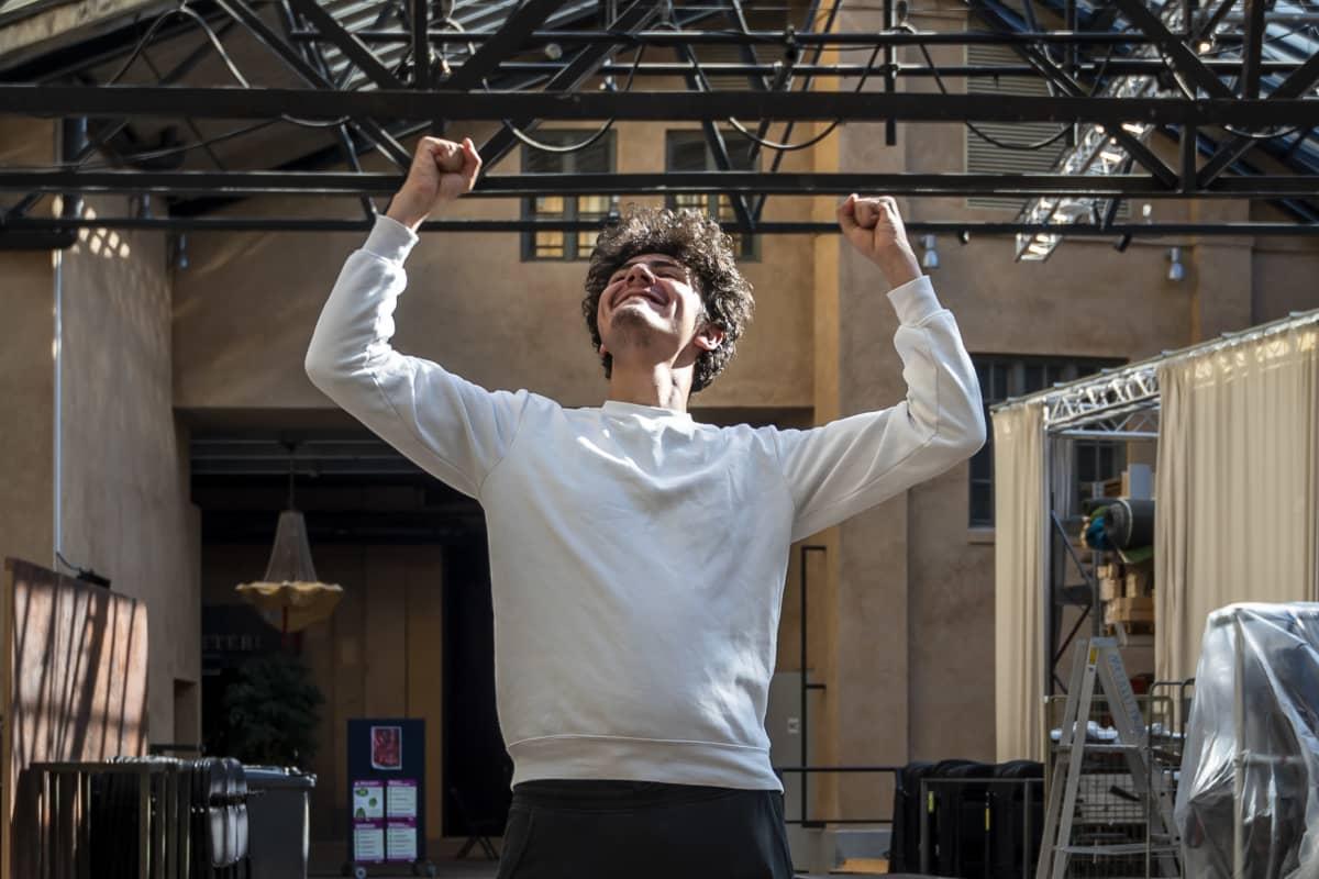 Youssef Asad Alkhatib iloitsee päästyään Teatterikorkeakouluun