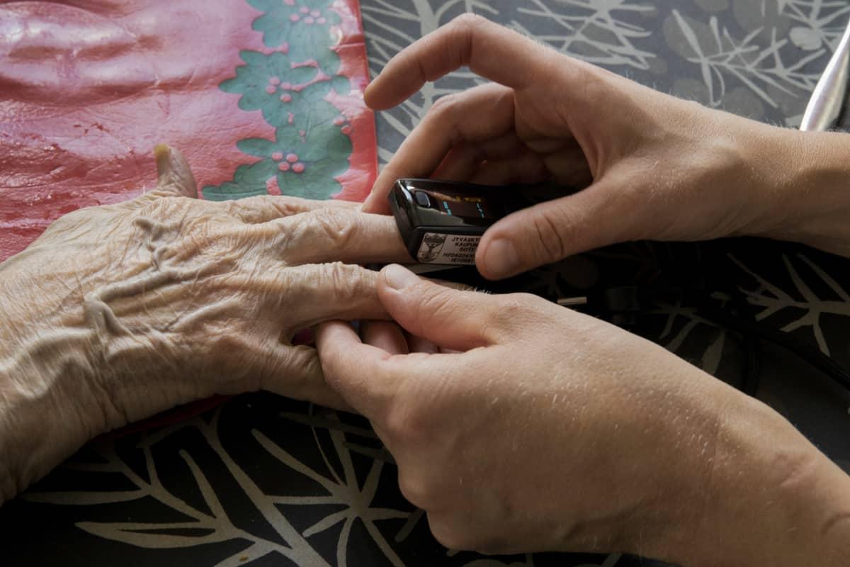 Happisaturaatiota mitataan sormesta kotona.