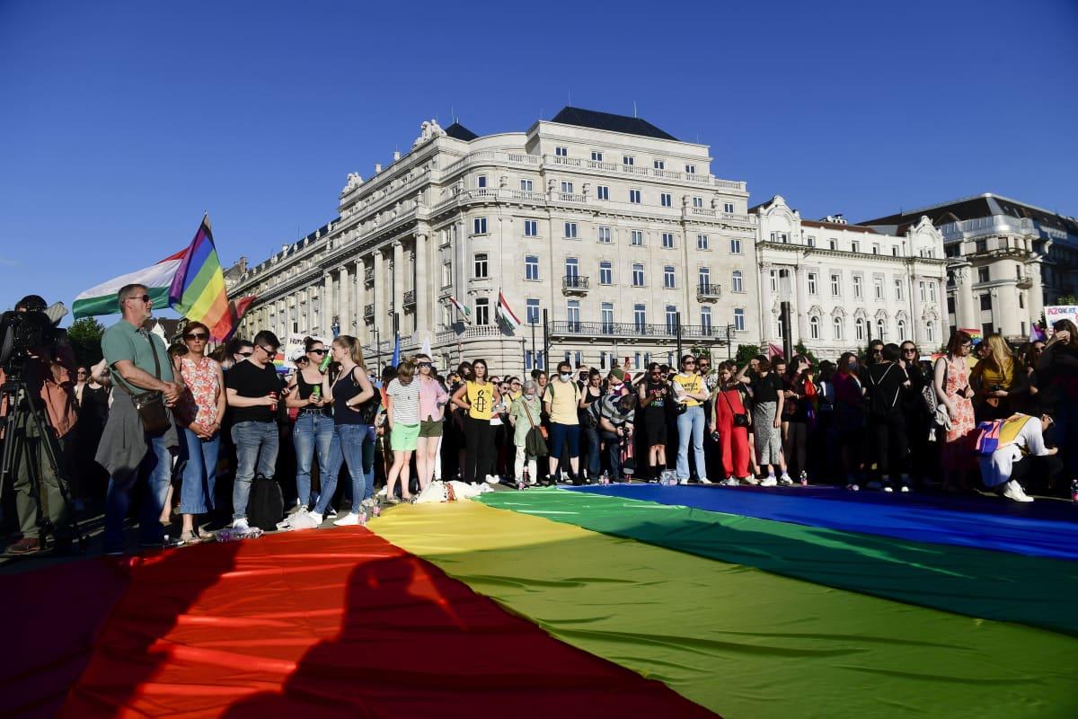 Ihmiset osoittivat mieltään Unkarin pääkaupungissa Budapestissa maanantaina 14. kesäkuuta 2021.