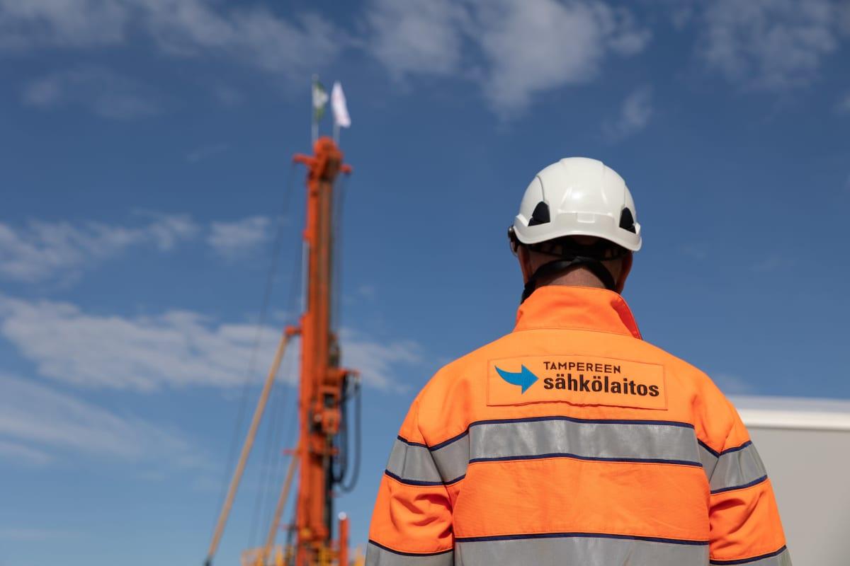 Tarastenjärven geovoimalan pora ja työmies
