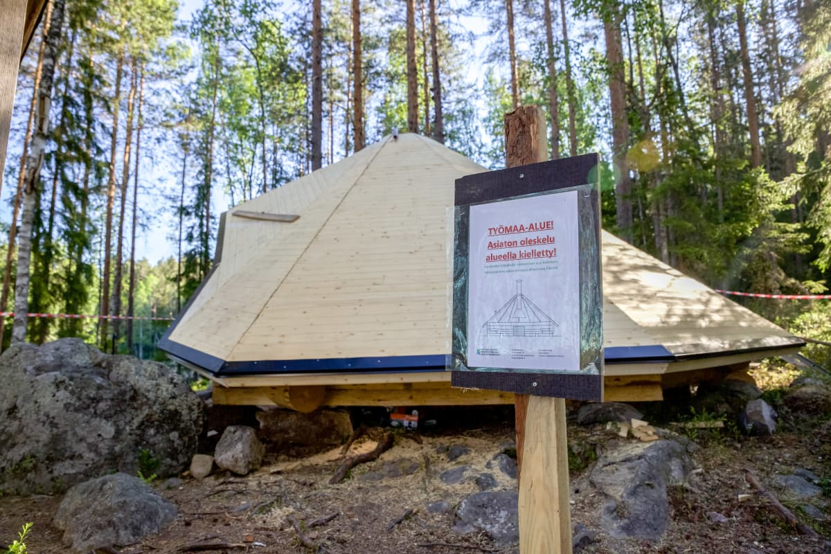 Kota taustalla etualalla kyltti jossa lukee: Työmaa-alue! Asiaton oleskelu kielletty!