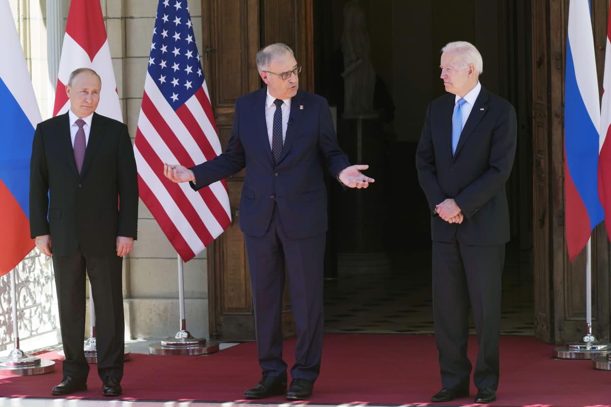 Presidentit Joe Biden ja Vladimir Putin hetki ennen kättelyä Genevessä. Presidenttien välissä keskellä Sveitsin liittopresidentti Guy Parmelin.