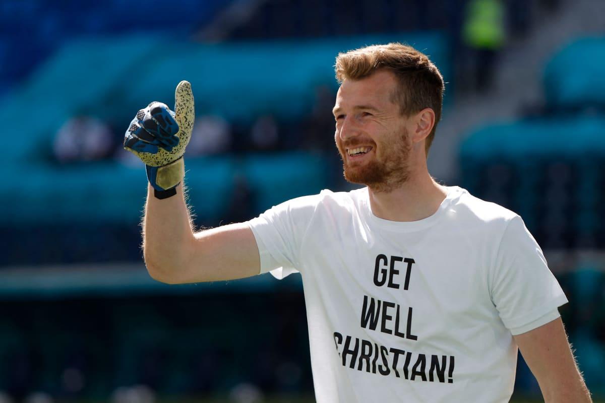 Lukas Hradecky toivotti paitansa välityksellä pikaista paranemista Christian Eriksenille.