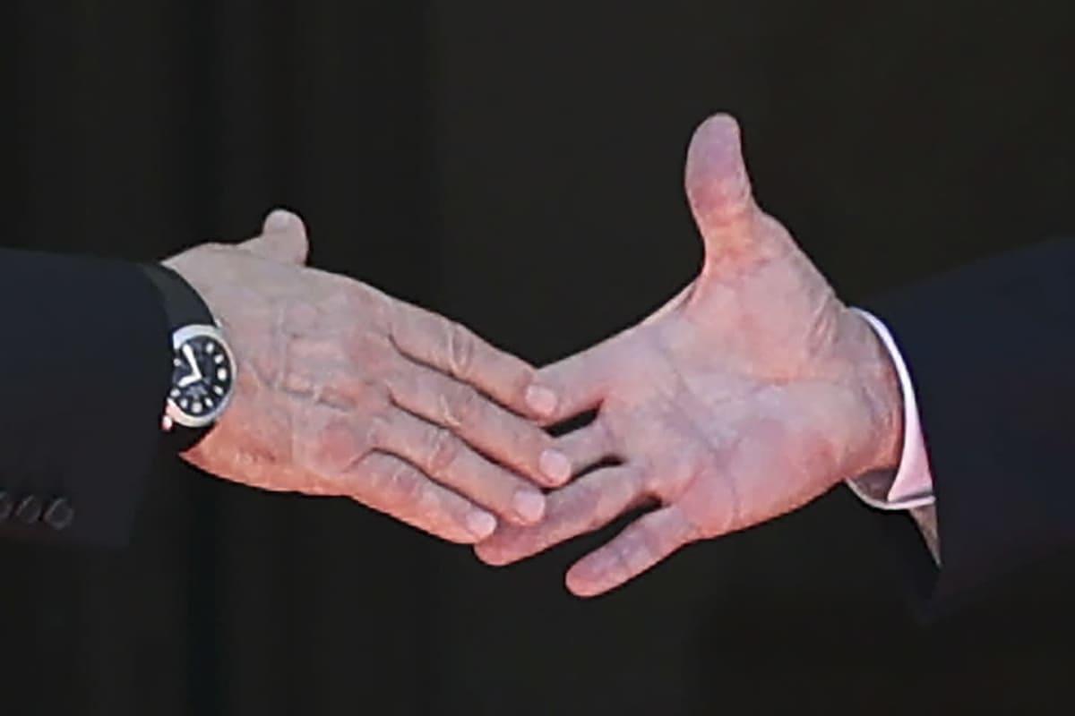 Lähikuva presidentit Vladimir Putinin ja Joe Bidenin kättelystä Villa la Grangen edustalla Genevessä 16. kesäkuuta 2021.