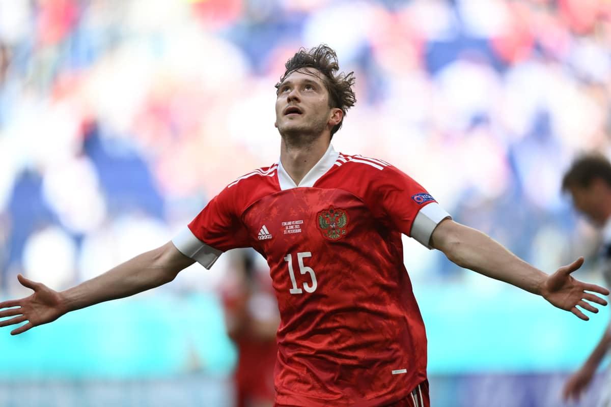 Aleksei Mirantshuk levittää kätensä tuulettaessaan johtomaalia Suomea vastaan.