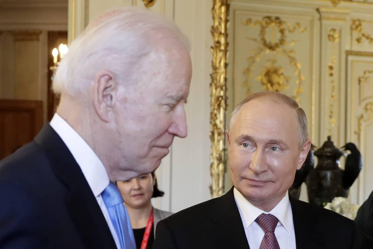 Joe Biden ja Vladimir Putin vierekkäin.