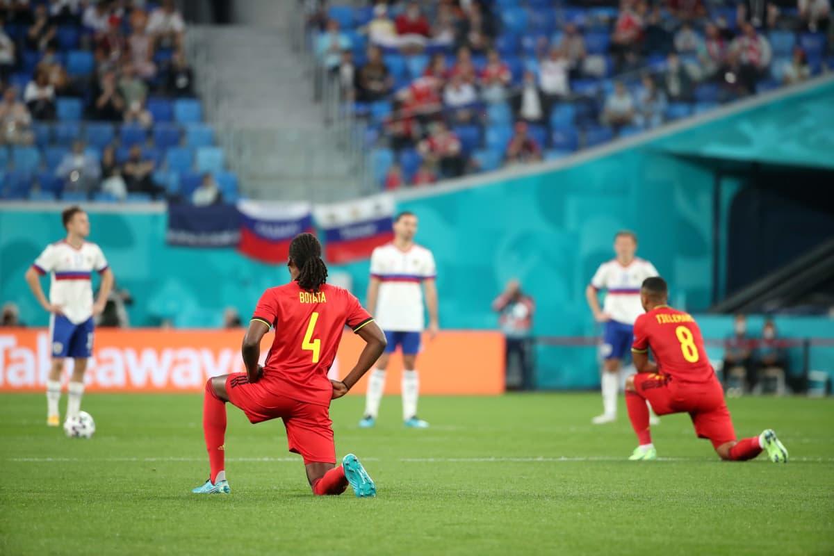 Belgian maajoukkueen pelaajat polvistuivat EM-kisoissa mustien oikeuksien puolesta.