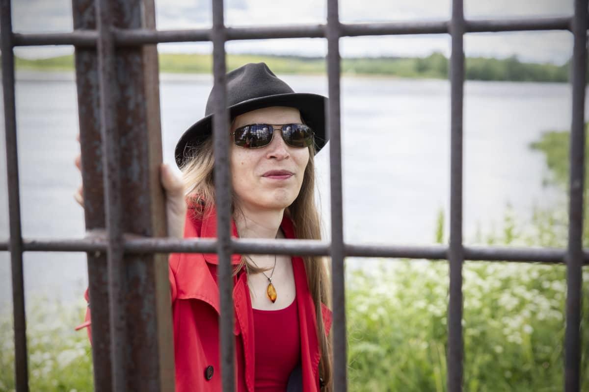 Alia Dannenberg suuren rautaverkon takana.