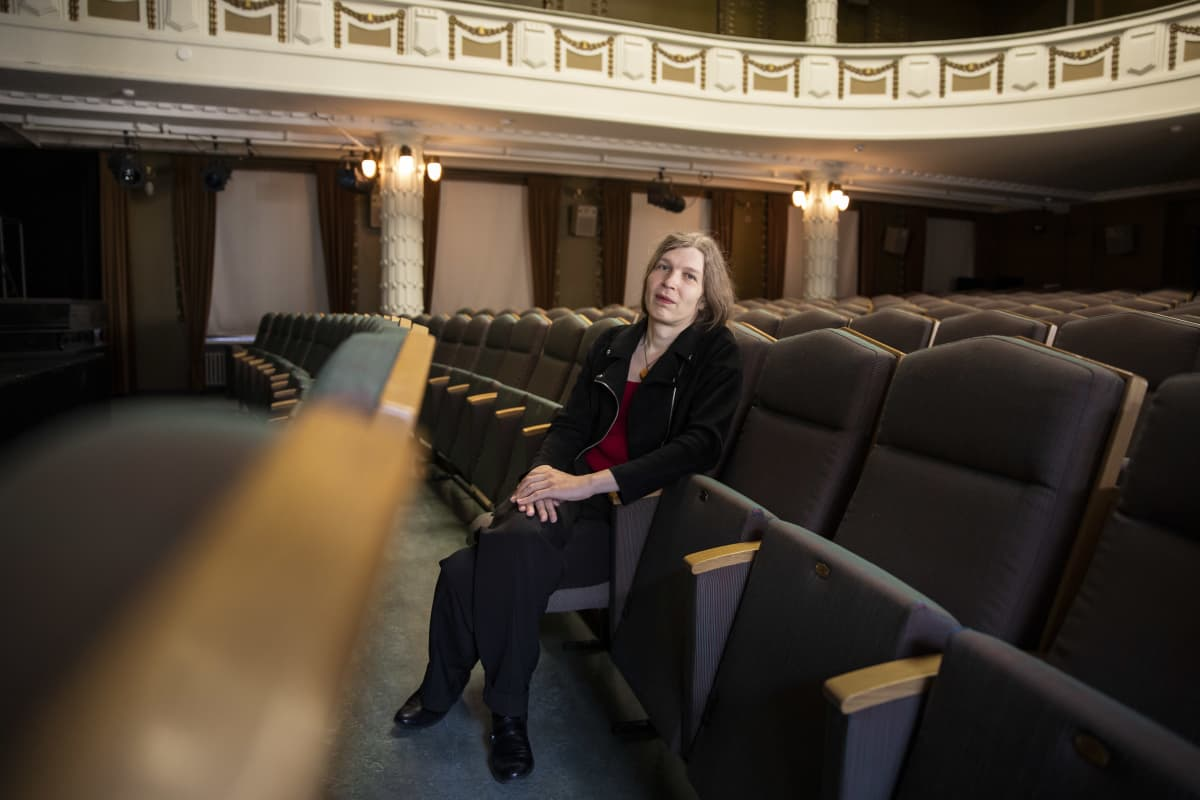 Alia Dannenberg istuu tyhjässä kaupunginteatterin katsomossa.