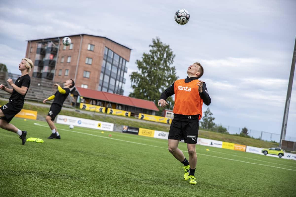 KuPS B-junioreiden Niilo Mattila harjoittelemassa Kuopion keskuskentällä