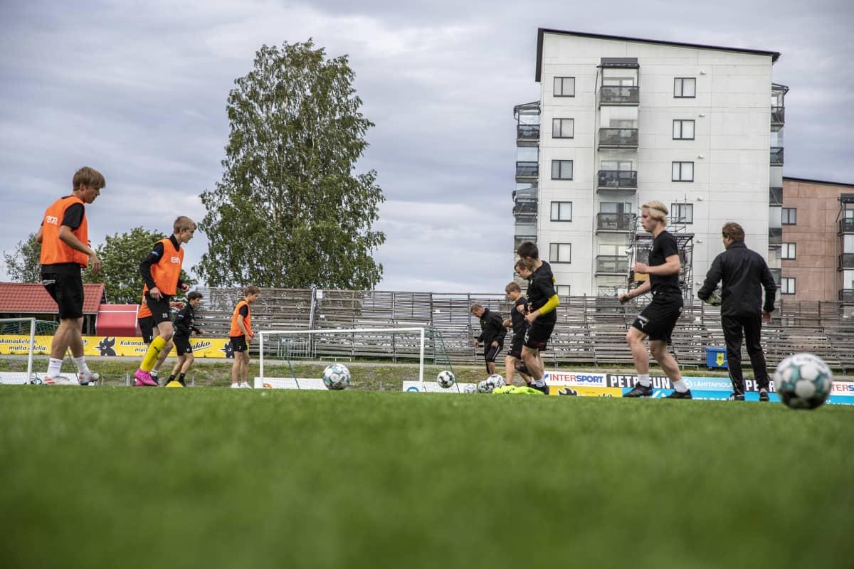 KuPS B-junioreita harjoittelemassa keskuskentällä