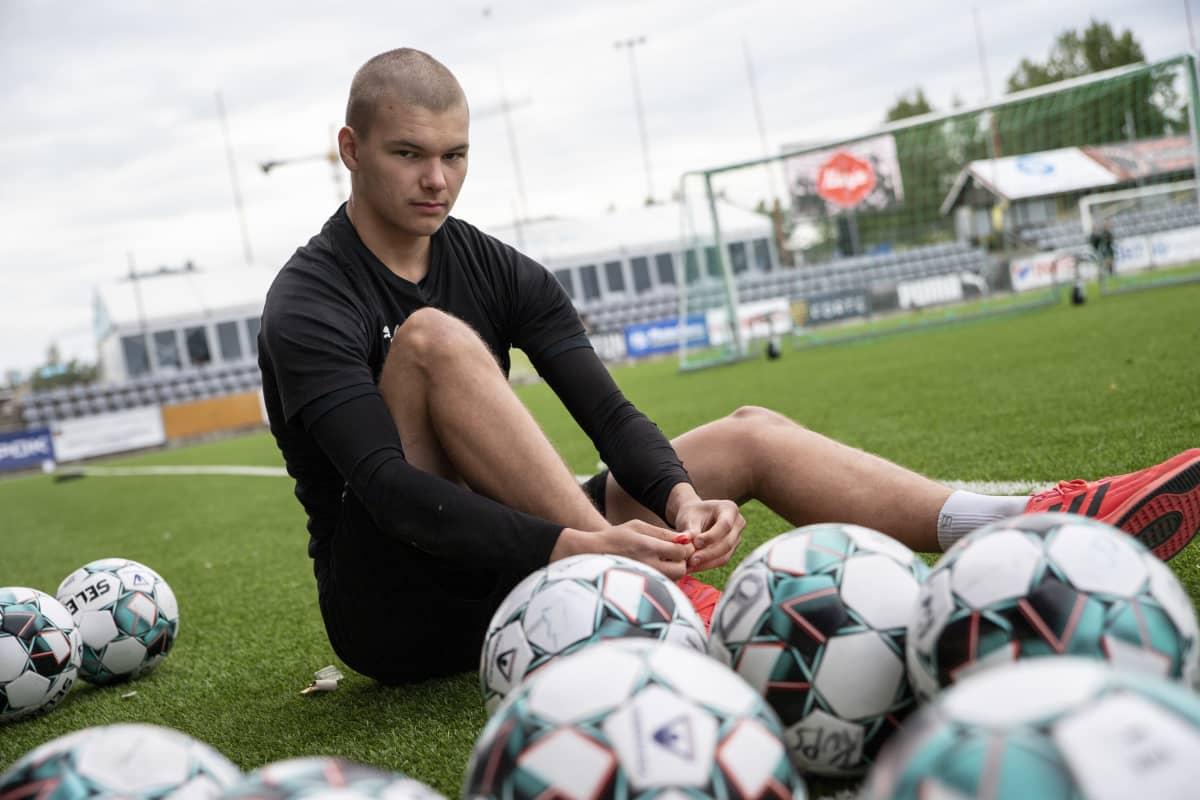 KuPS B-junioreiden maalivahti Elias Puustinen