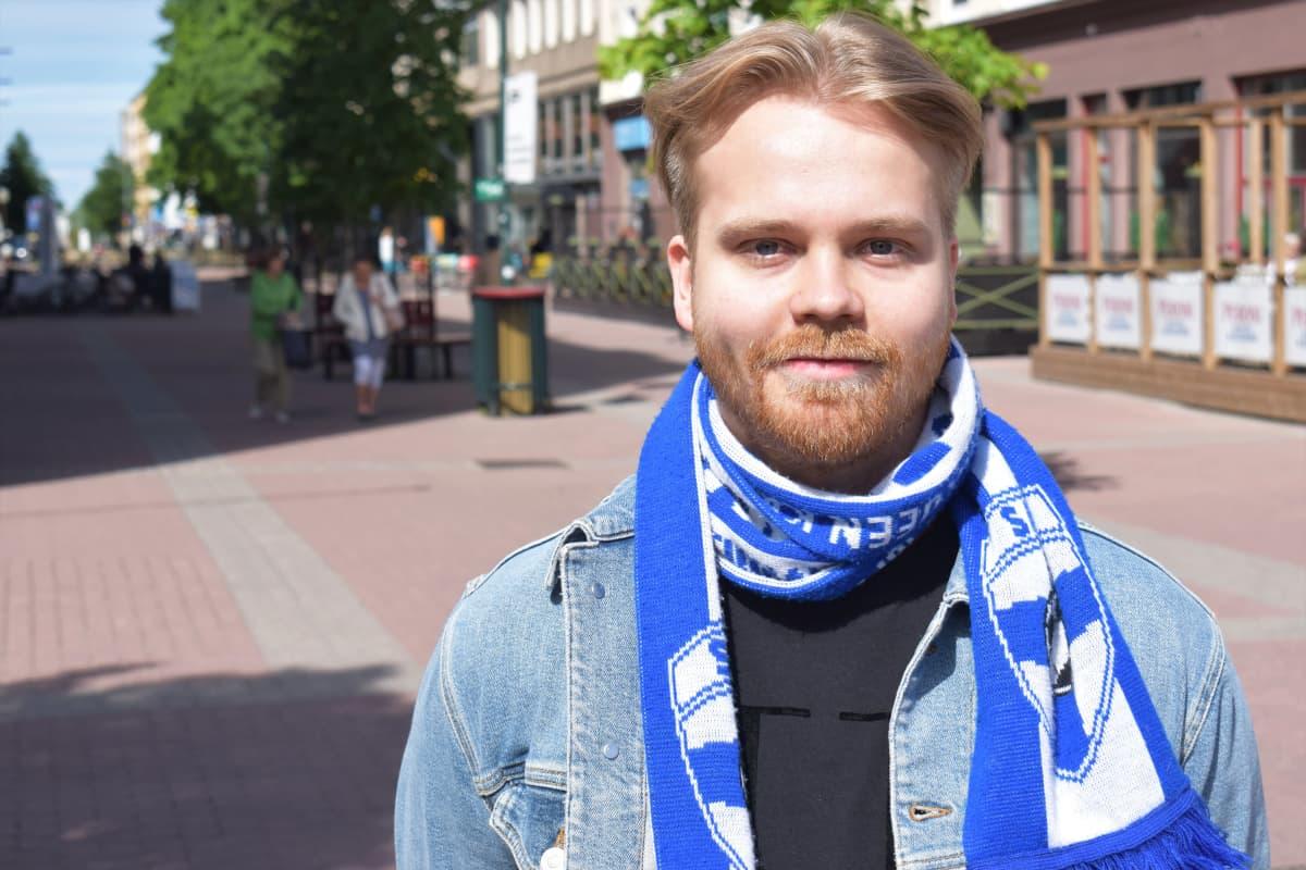Porilainen Kristian Leinonen Porin kävelykadulla.