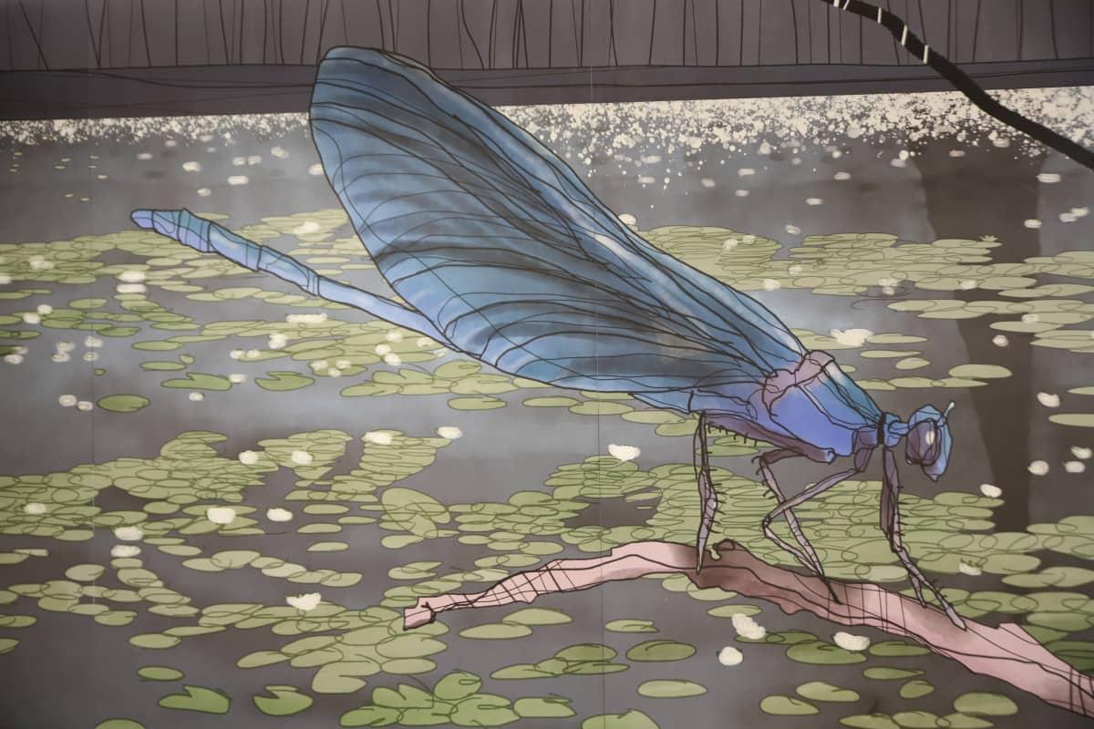 sairaalan aulan seinällä kuva sudenkorennosta