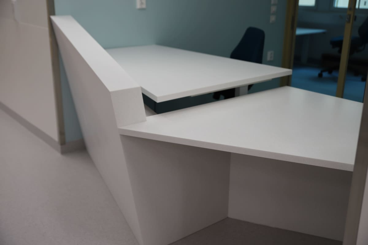 Valkoinen, jäälohkareesta inspiraationsa saanut pöytä sairaalassa
