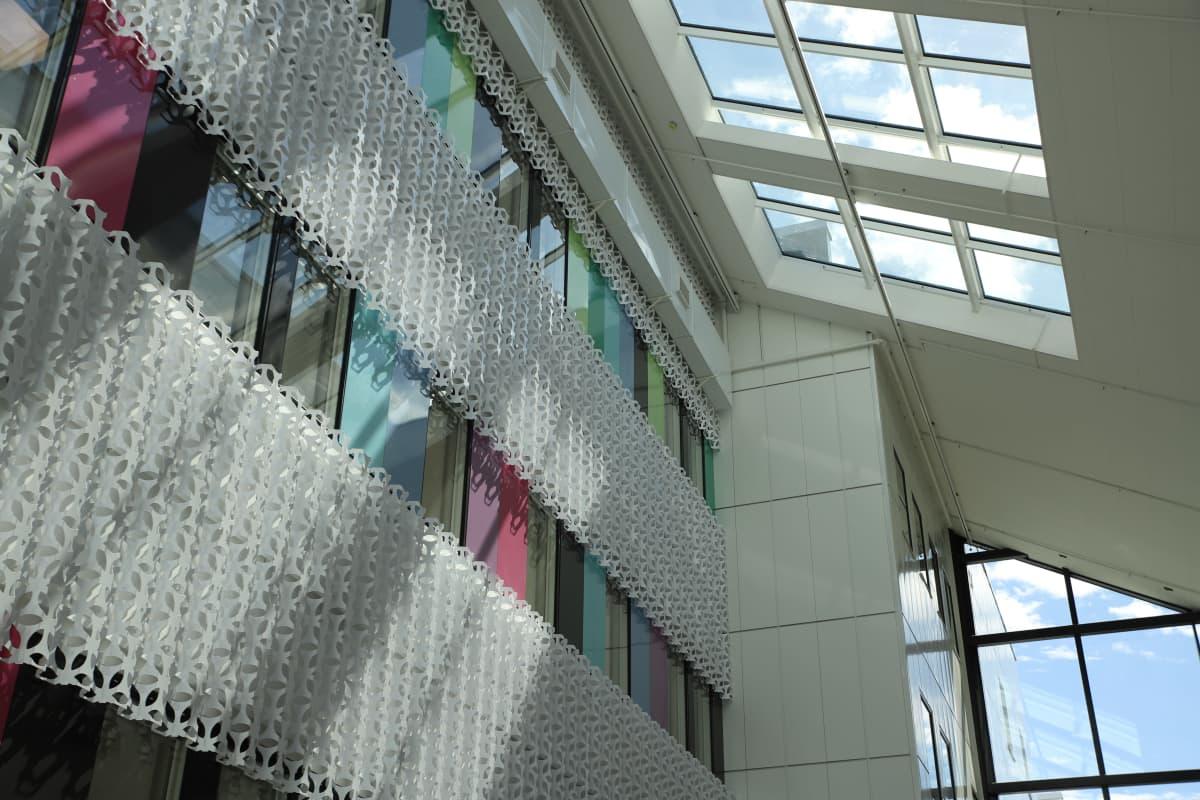 Valkoista seinää värikkäillä yksityiskohdilla ja ikkunaa valmistuvissa sairaalatiloissa