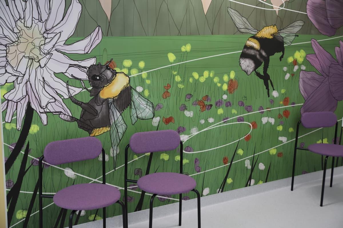 Kukkia ja mehiläisiä sairaalan seinällä