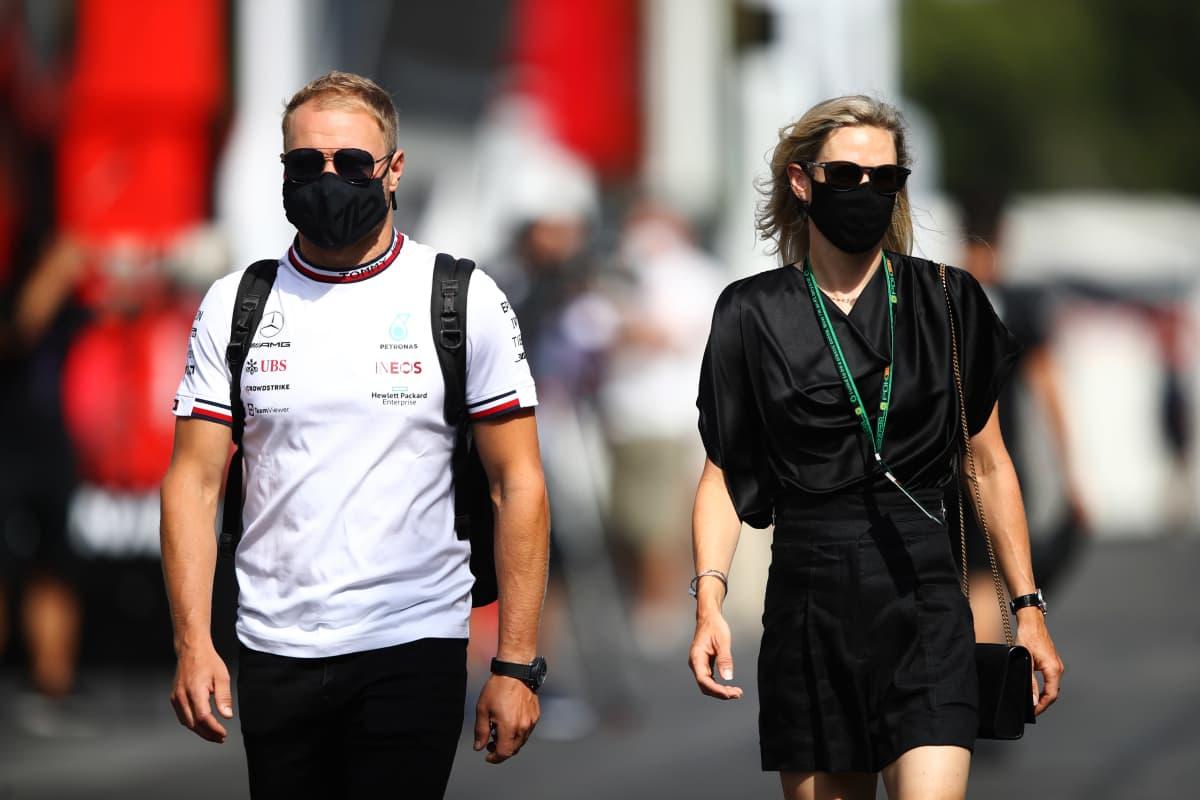 Valtteri Bottas ja hänen tyttöystävänsä Tiffany Cromwell Paul Ricardin radalla ennen harjoitusta.