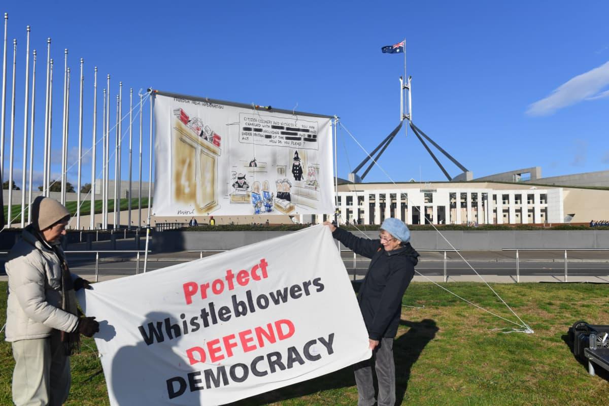 Todistaja K.:n kannattajia protestoimassa Australian parlamentin edessä Canberrassa.