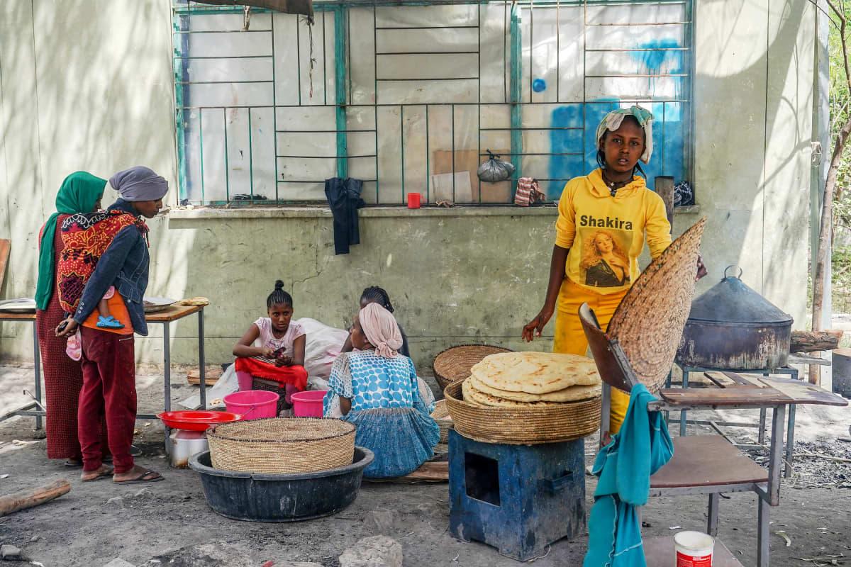 Nainen pinoaa leipiä pakolaiskeskuksessa Etiopiassa.