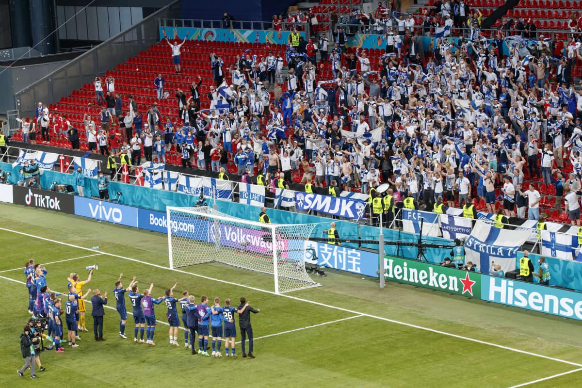 Huuhkajat juhlii Parkenilla Kööpenhaminassa voittoa Tanskasta 12. kesäkuuta 2021.