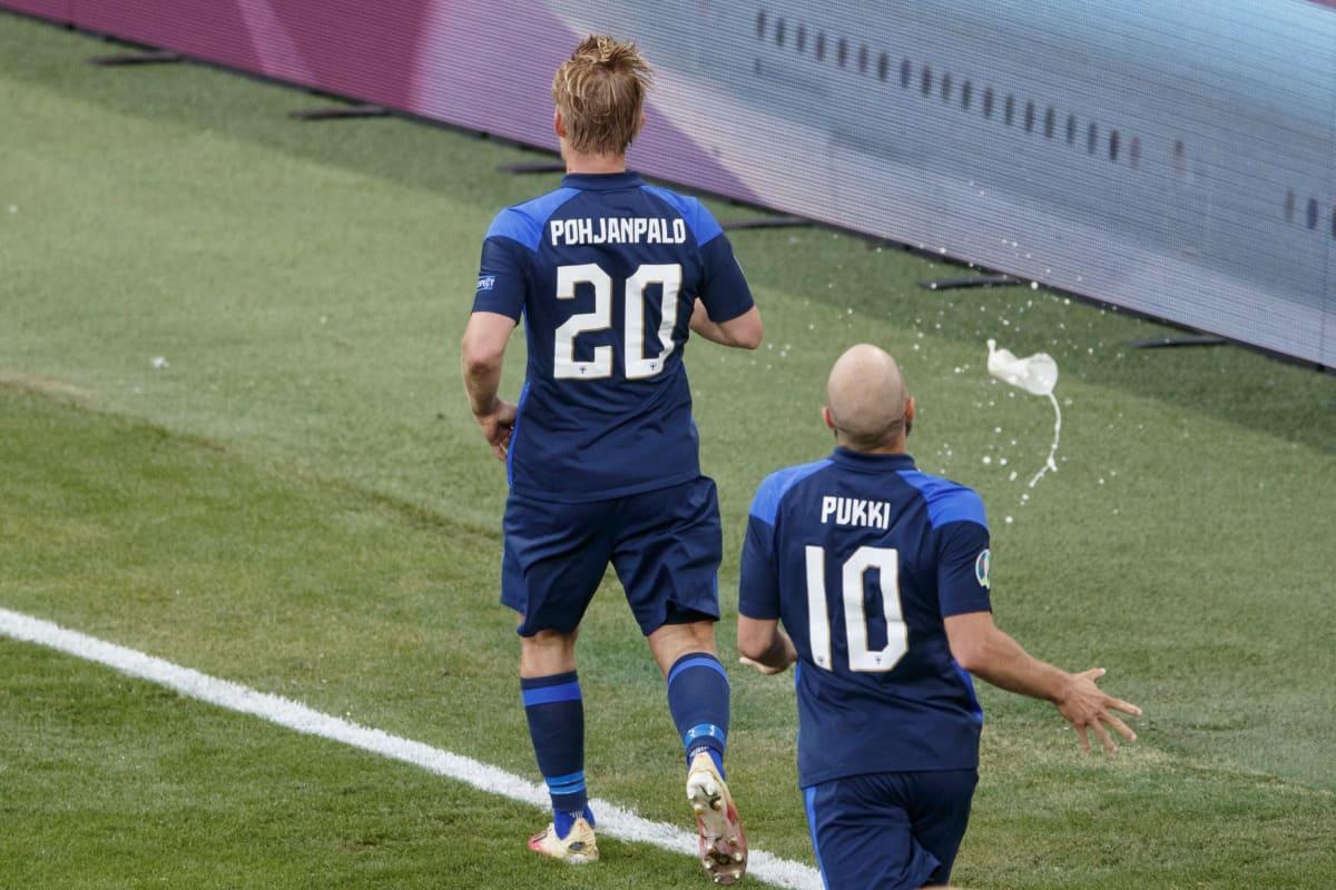 Joel Pohjanpalo juhlii maalia Tanskaa vastaan, perässä Teemu Pukki tulossa onnittelemaan.