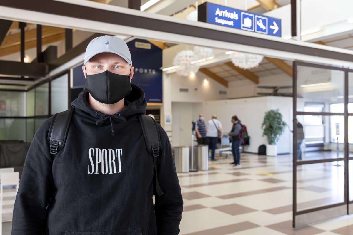 Kemiläinen Tuomas Heikonen on saapunut Kemi-Tornion lentoasemalle kesälomamatkaltaan Helsingistä