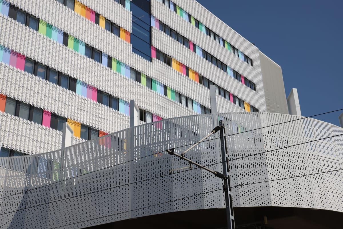 sairaalan valkoinen ulkokuori värikkäillä yksityiskohdilla