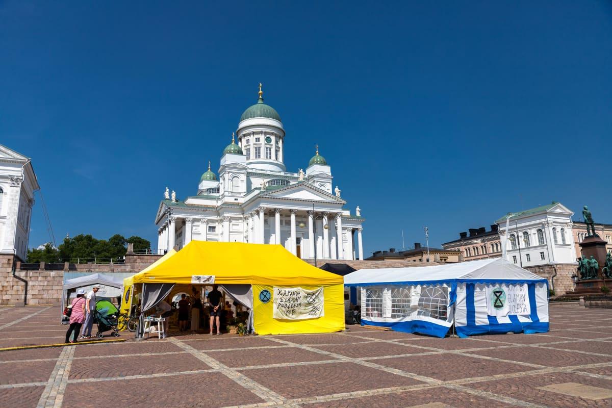 Elokapina-ympäristöliike osoitti mieltään Helsingin Senaatintorilla 21.6.2021.
