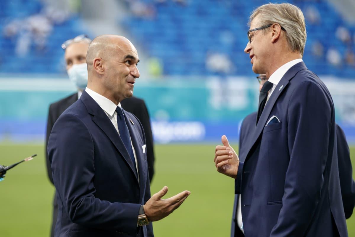 Roberto Martinez ja Markku Kanerva keskustelevat.