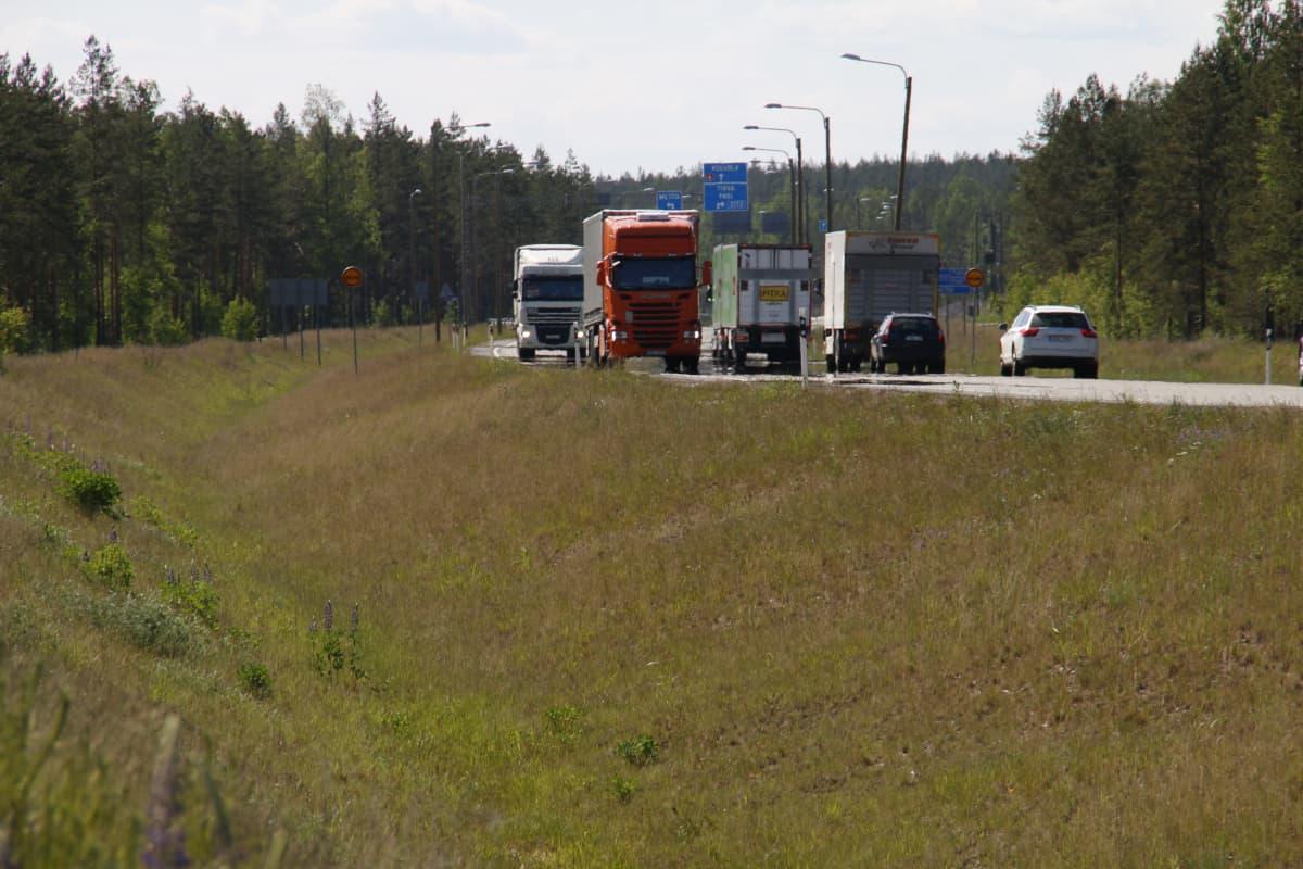 Liikennettä valtatiellä 6 Kouvolan Utissa pohjavesialueella