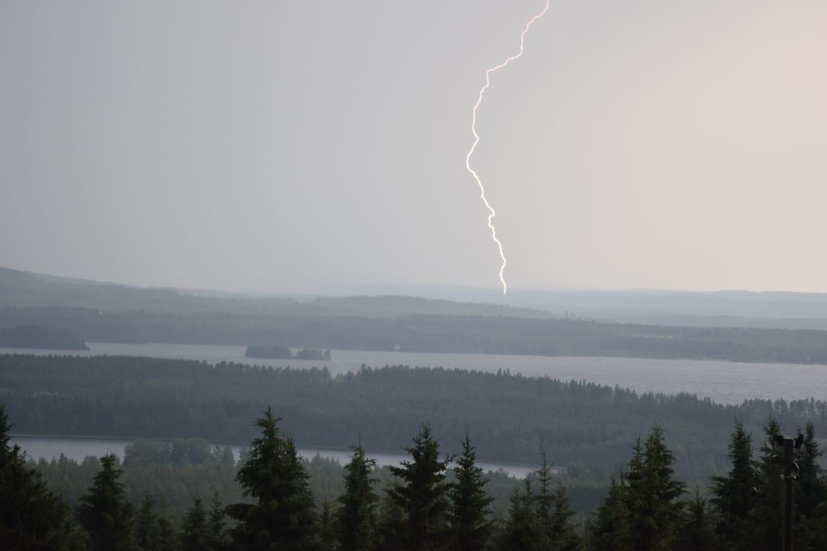 Ukkonen Naapurinvaaran laelta kesäkuussa 2021 Paula-myrskyn aikaan