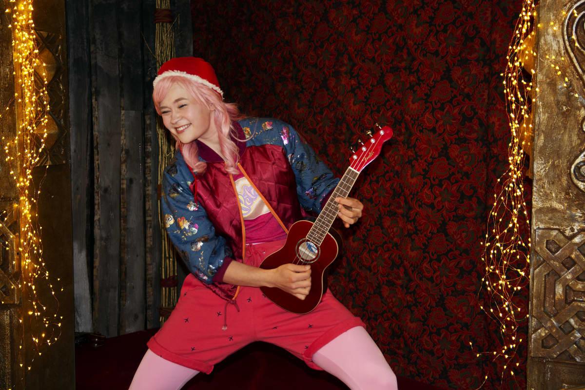 Eeva Rajakangas esittää kitaraa soittavaa Pete-tonttua.