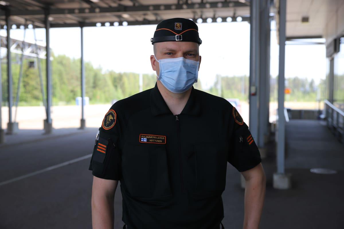 Ylirajavartija Jari Huttinen Vaalimaan rajatarkastusasemalta.