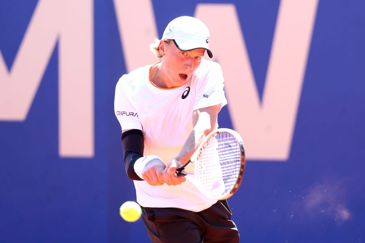 Emil Ruusuvuori lyö tennispalloa.