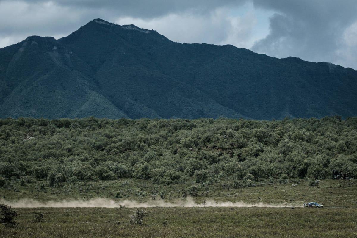 Ralliauto ajaa Keniassa.