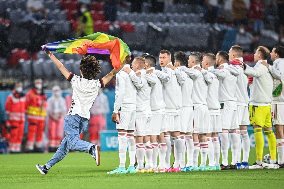 Mies juoksi sateenkaarilipun kanssa kentälle ennen Saksan ja Unkarin peliä EM-kisoissa