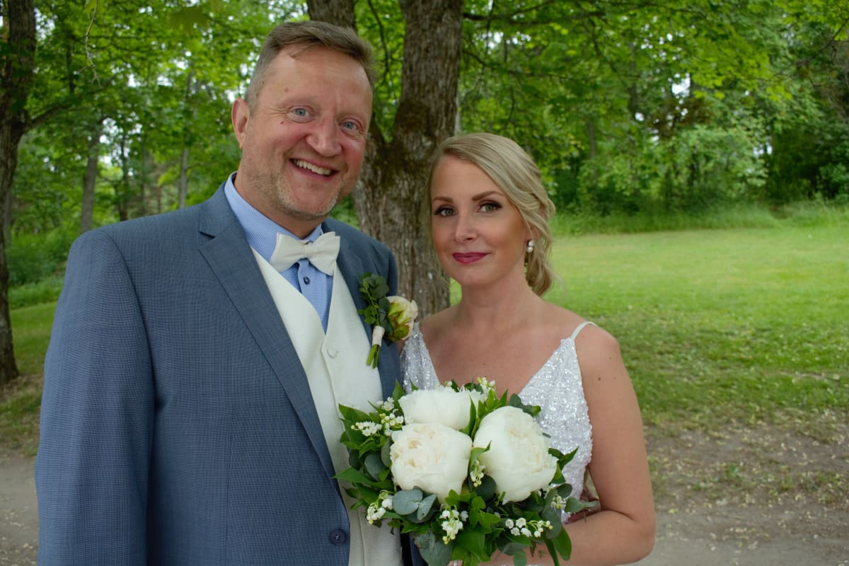 Tuomo ja Riina Nieminen kuvattiin hääpäivänä Ruissalossa.