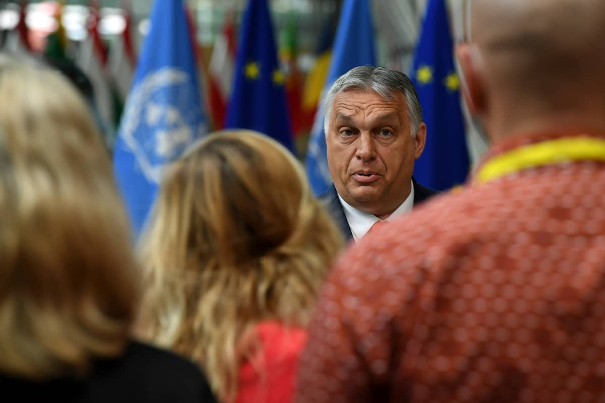 Viktor Orban puhui median edustajille ennen kokousta.
