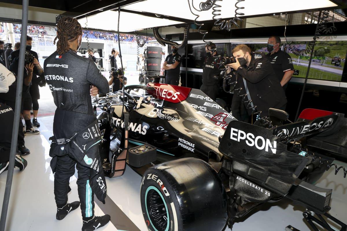 Lewis Hamilton varikkopilttuussa.