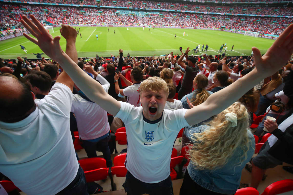 Englantilaisfanit Saksa-voiton jälkeen EM-kisoissa