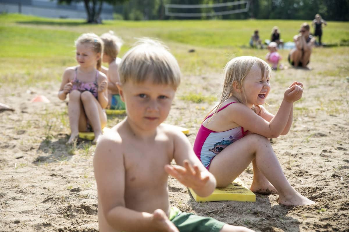 Peetu Nieminen ja taustalla tyttö jotka ovat samassa uimakoulussa Maaningalla